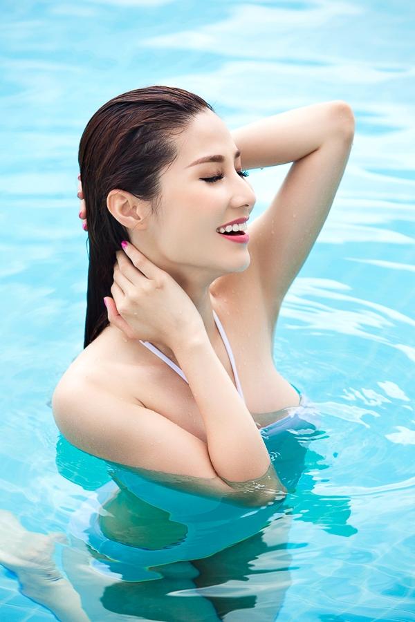 Được ngâm mình trong làn nước mát và vận động cơ thể là niềm vui ngày hè của Diễm My.