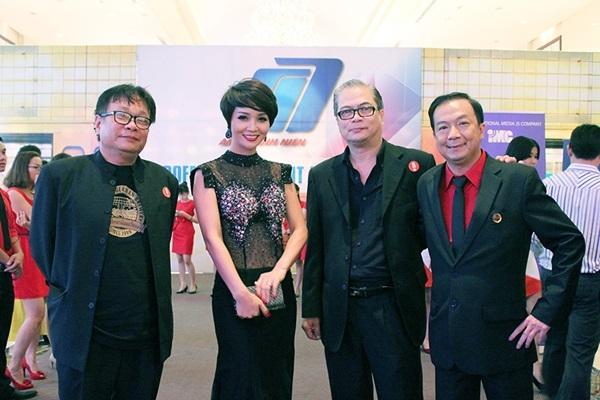 """Mai Thu Huyềnlộng lẫy chụp ảnh cùng ekip đoàn làm phim """"Lạc giới""""."""