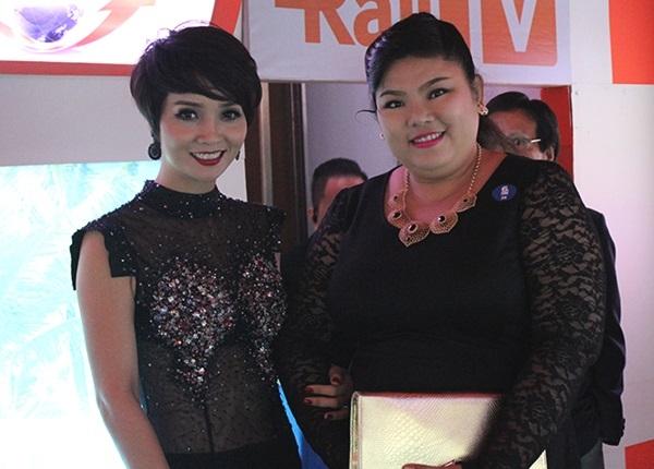 Mai Thu Huyền chụp ảnh cùng với nữ diễn viên Tuyền Mập.