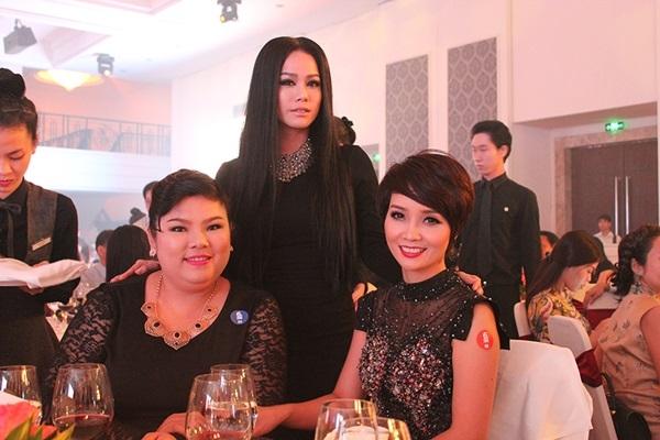 Nhật Kim Anh gây ấn tượng mạnh với phong cách trang điểm đậm với điểm nhấn là đôi mắt.