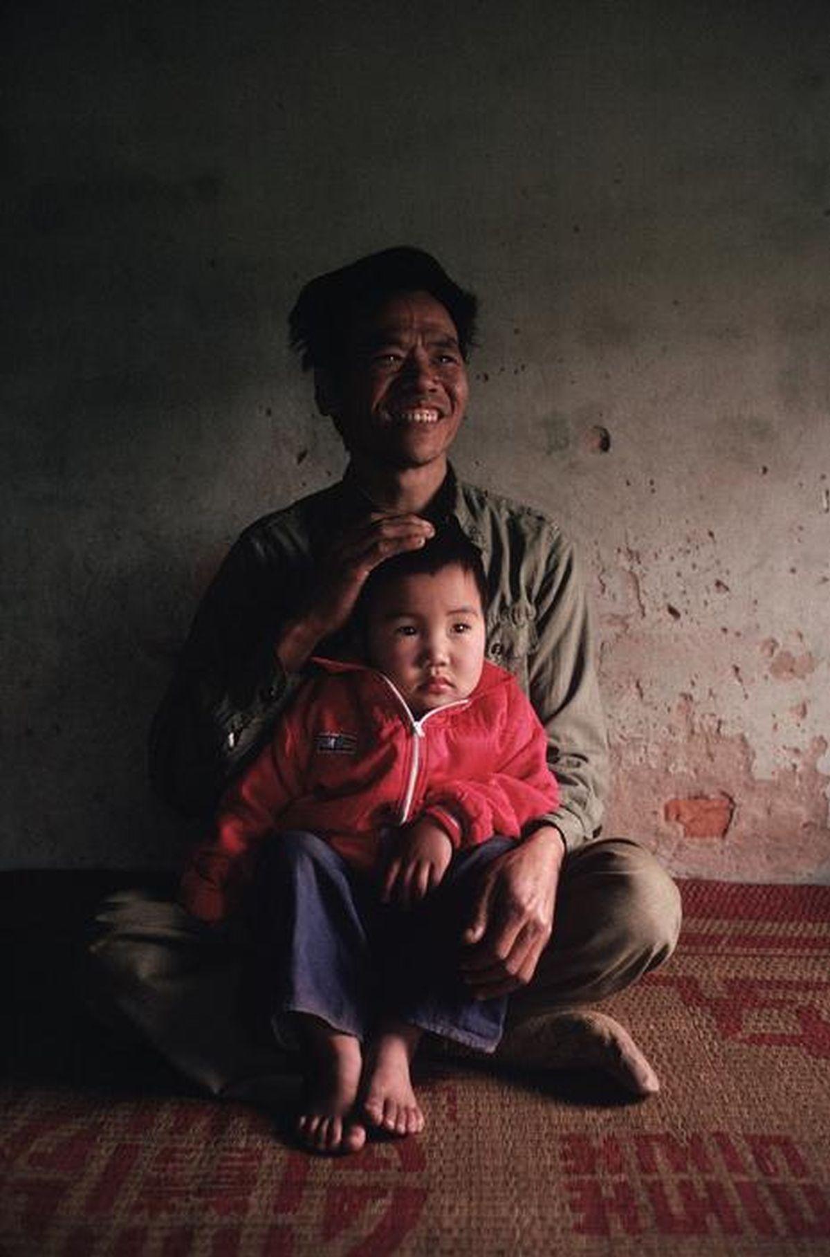 Cậu bé ngoan ngoãn trong vòng tay cha - một phi công lái máy bay chiến đấuViệt Nam