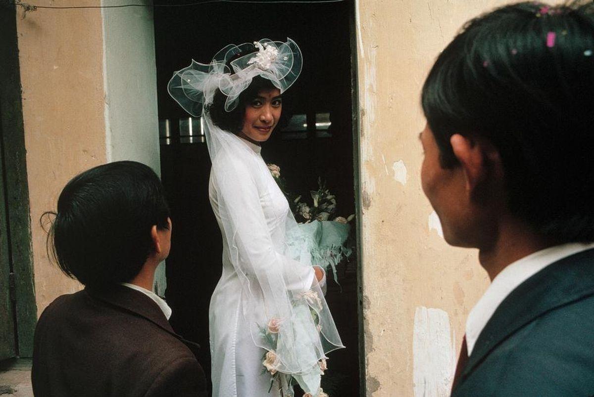 Cô dâu thướt tha trong tà áo dài truyền thống về nhà chồng