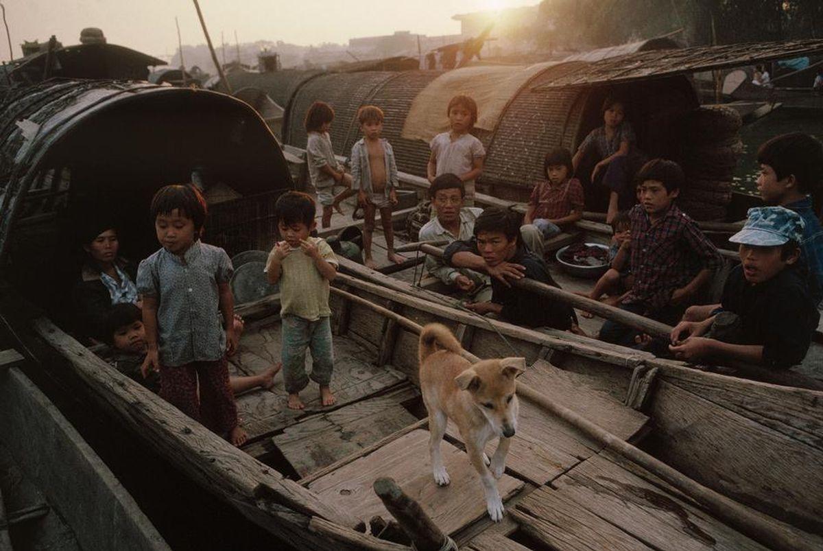Các em bé chênh vênh trên những con thuyền tại xómVạn Đò, Huế