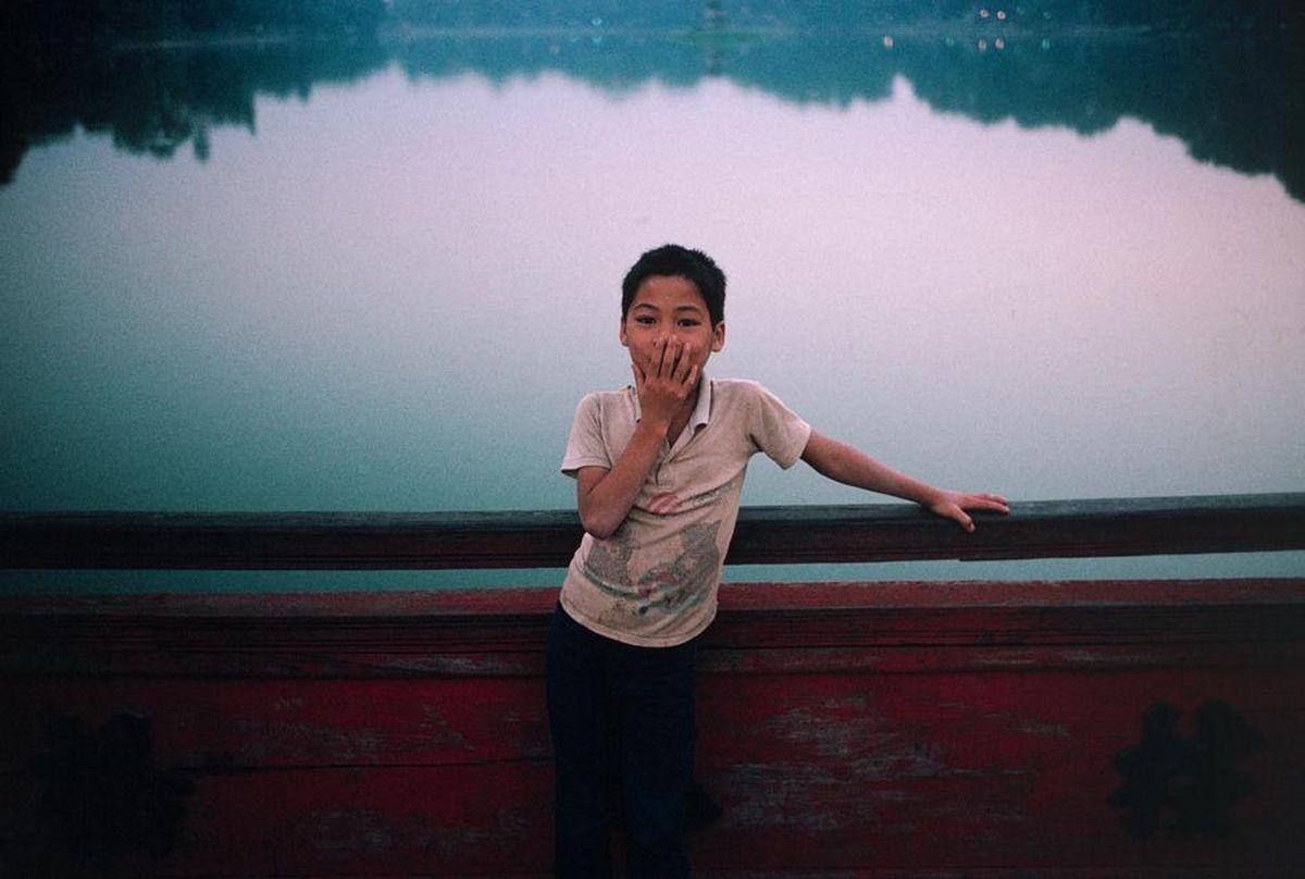 Cậu bé dạo chơi trên CầuThê Húc, Hoàn Kiếm, Hà Nội