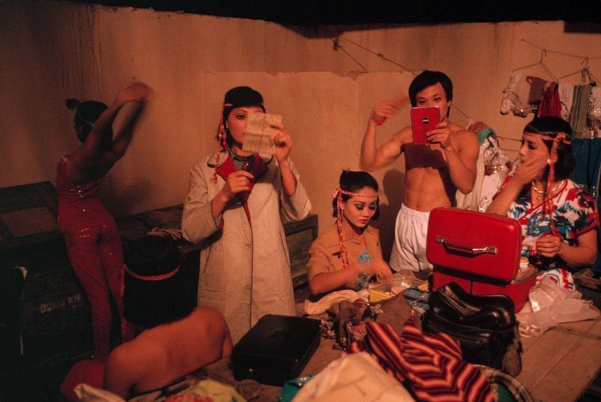 Các nghệ sĩ đang hóa trang để chuẩn bị cho buổi biểu diễn tại nhà hát