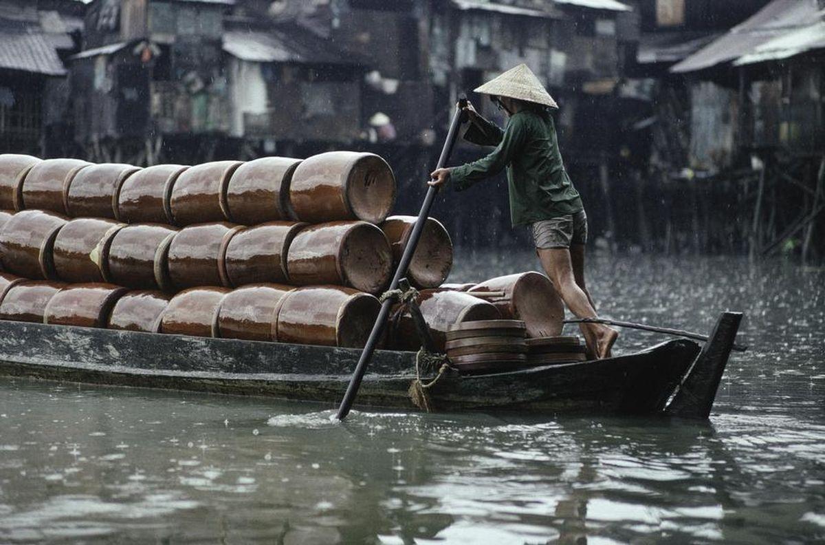 Thuyền đầy ắp những chiếc lu gốm