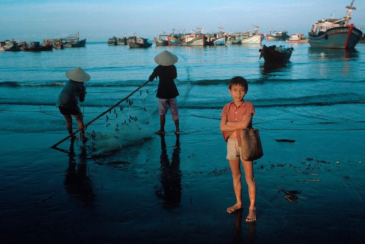 Cậu bé cùng người dân chài trên bờ biểnVũng Tàu