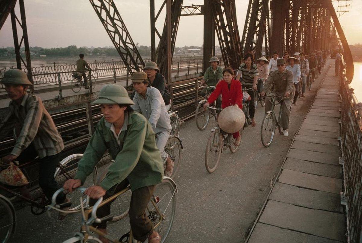 Một chiều hoàng hôn trên cầuLong Biên, Hà Nội,sau một ngày làm việc, người lao động thong dong đạp xe về nhà