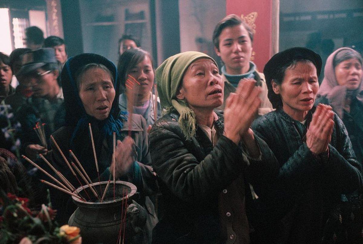 Người dân đi chùa cầu nguyện dịp Tết Nguyên Đán