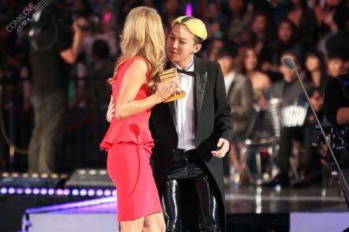 """Paris Hilton trao giải """"Nam nghệ sỹ xuất sắc"""" cho G-Dragon trong chương trình MAMA 2013"""