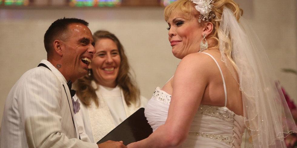 Chùm ảnh cưới đầy cảm động của người phụ nữ chuyển giới