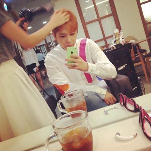 Lee Hong Ki khoe hình đang làm tóc
