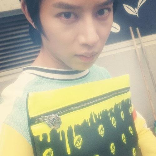 Heechul khoe hình chiếc túi màu dạ quang nổi bật