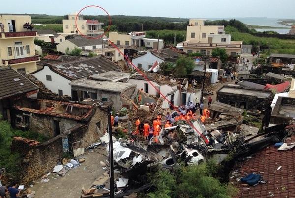 Máy bay lao xuống khu dân cư trên đảo Bành Hồ khiến nhiều ngôi nhà bị hư hỏng nặng. Nhiều nhân chứng cho hay họ trông thấy máy bay phát nổ sau khi đâm vào nhà dân. Apple Daily cho biết máy bay sượt qua nóc ngôi nhà cao (khoanh tròn) rồi đâm vào ngôi nhà phía dưới.