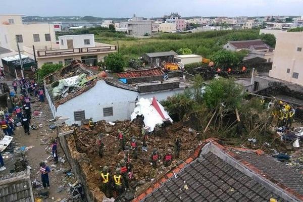Chiếc phi cơ bị vỡ tung thành nhiều mảnh và gây ra một ngọn lửa bốc cao bằng tòa nhà ba tầng. Các mảnh vỡ nham nhở nằm rải rác khắp trên đường, trên mái nhà.