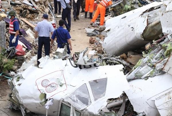 Một trong các hộp đen của máy bay đã được tìm thấy tại hiện trường. Tuy nhiên, vẫn còn thi thể nạn nhân mất tích dưới đống đổ nát.