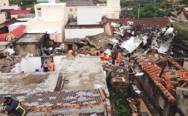 Các nhân viên cứu hộ đang tiếp tục tìm kiếm các nạn nhân. Trong số những người có mặt trên chuyến bay GE222 có hai hành khách người Pháp.