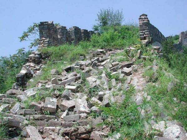 Tại một số vùng ở Trung Quốc, Vạn Lý Trường Thành đã được sử dụng làm nguồn cung cấp đá để người dân xây nhà và đường xá.