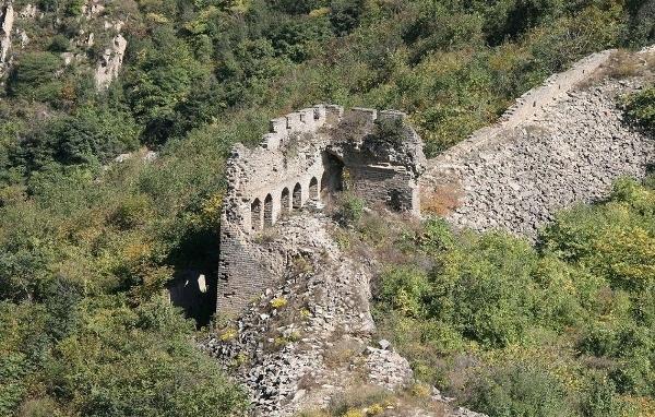 Có những đoạn tường thành đã bị phá sập để mở lối đi đến các công trình xây dựng hoặc hầm mỏ.