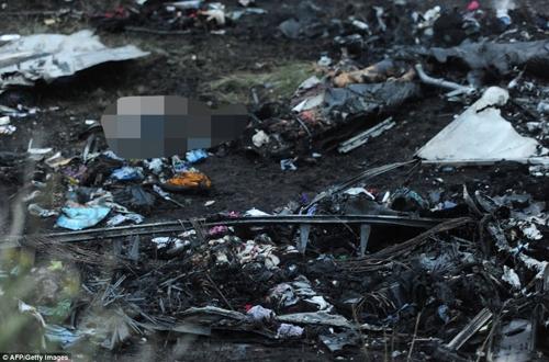 Xác máy bay MH17 với la liệt thi thể hành khách xấu số