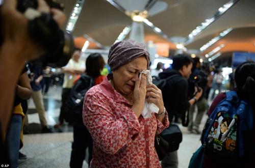 Một thân nhân hành khách MH17 không ngừng lau nước mắt khi hay tin em gái thiệt mạng trên chuyến bay