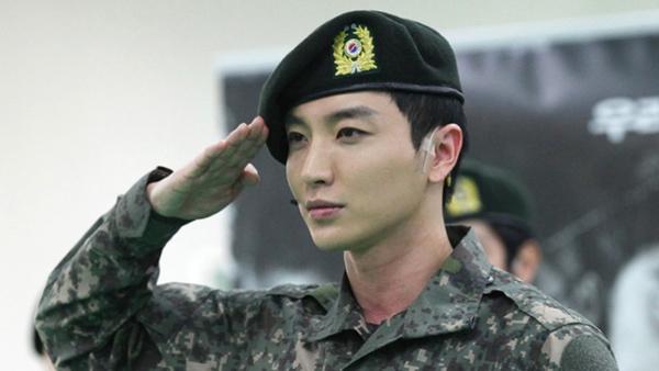 Fan háo hức chờ đợi ngày Leeteuk xuất ngũ