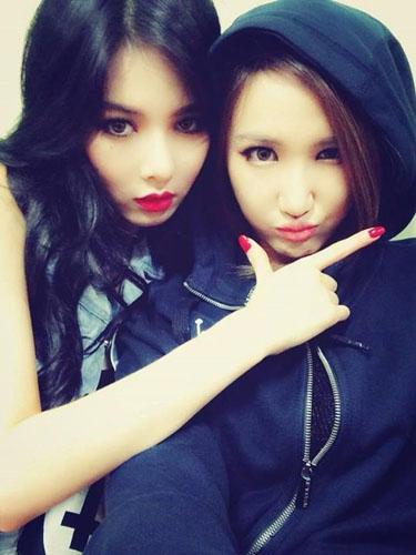 LE (EXID) khoe hình tạo dáng cùng HyunA trong hậu trường Music Bank