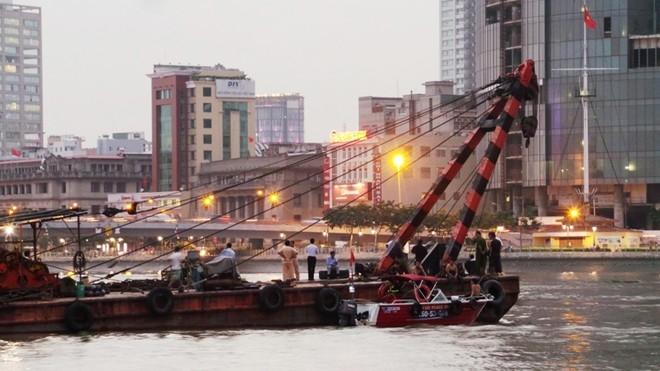 Sà lan lật trên sông Sài Gòn, đe dọa hầm Thủ Thiêm