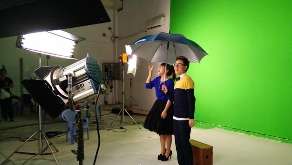 Với kinh phí quay không quá tốn kém nhưng ngay khi vừa ra mắt, MV đã tạo nên một hiệu ứng đặc biệt với khán giả trẻ nhờ hình ảnh trẻ trung, sôi động, giai điệu hiện đại, vui tai cùng diễn xuất tự nhiên của hai nhân vật chính – Trúc Nhân và Thảo Nhi.