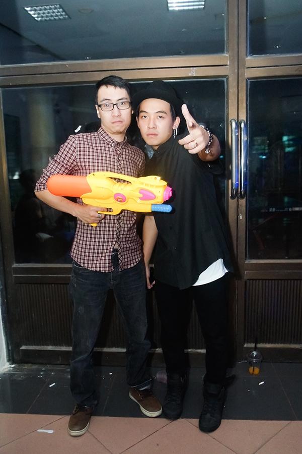 Trong những chương trình ca nhạc Underground, không khó để bắt gặp Toàn và các bạn Vlogger chụp ảnh trêu đùa trong hậu trường.