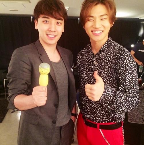 Seungri khoe hình tạo dáng cùng Daesung
