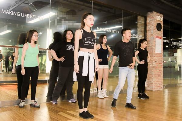 Bên cạnh việc rèn luyện phần thi, cô còn cùng các thành viên trong đội rèn luyện thể lực và giải phóng hình thể để các thí sinh có thể có sức bền tốt nhất trên sân khấu và họ sẽ được hòa mình trọn vẹn vào ca khúc thể hiện. - Tin sao Viet - Tin tuc sao Viet - Scandal sao Viet - Tin tuc cua Sao - Tin cua Sao