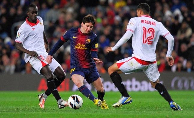 Messi trong vòng vây các cầu thủSevilla