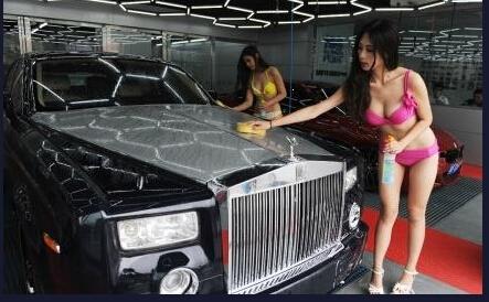 Dịch vụ rửa xe trong trang phục... bikini