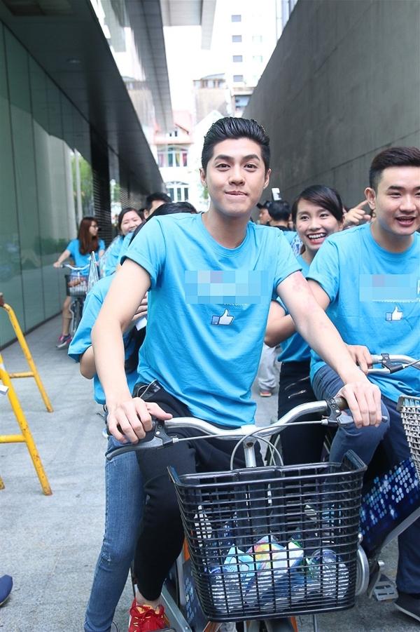 Cùng với Phương Vy và Hamlet Trương, cả 3 chia làm 3 đội và có một cuộc thi đấu xem đội nào mua sắm nhanh nhất bằng xe đạp dạo quanh các trung tâm mua sắm lớn của TP HCM. - Tin sao Viet - Tin tuc sao Viet - Scandal sao Viet - Tin tuc cua Sao - Tin cua Sao