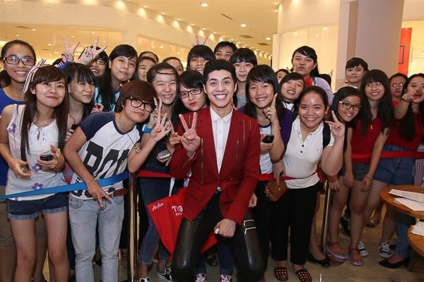 Buổi giao lưu và biểu diễn của Noo Phước Thịnh đã thu hút rất đông sự theo dõi của fan và khách hàng mua sắm tại Aeon Mall. - Tin sao Viet - Tin tuc sao Viet - Scandal sao Viet - Tin tuc cua Sao - Tin cua Sao