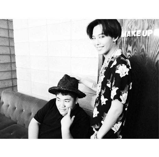 G-Dragon khoe hình để tóc hai mái cực phong cách