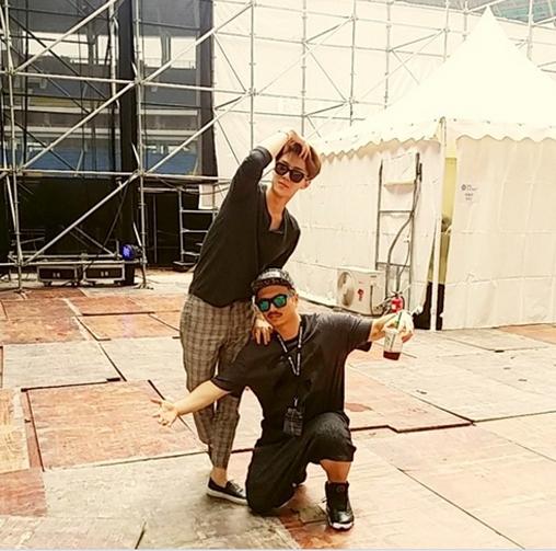 Sehun tạo dáng cực khó đỡ đằng sau hậu trường sân khấu