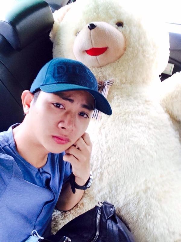 """Hoài Lâm biểu cảm """"khó đỡ"""" với chú gấu bông khổng lồ fan tặng trong chuyến lưu diễn ở Vinh. Anh chàng ngồi trong xe mà cứ tự vấn """"không biết phải làm thế nào"""". Còn fan thì cứ liên tục tấn công mỗi """"chú gấu màu xanh"""" thôi!"""