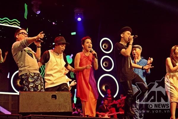 """Đêm nhạc kết thúc với hình ảnh đẹp khi tất cả """"thế hệ nghệ sĩ"""" cùng đứng trên sân khấu hát vang Young beat young hit. - Tin sao Viet - Tin tuc sao Viet - Scandal sao Viet - Tin tuc cua Sao - Tin cua Sao"""
