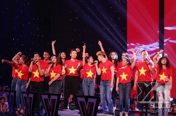 Đêm liveshow đầu tiên đã khiến khán giả choáng ngợp với phần mở màn với hơn 100 nghệ sĩ cùng hòa giọng vào ca khúc Những trái tim Việt Nam.