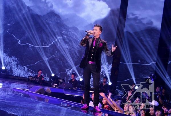 Kết thúc chương trình, Mr Đàm đã khiến khán giả vỡ òa cảm xúc với ca khúc Chiếc vòng càu hôn.