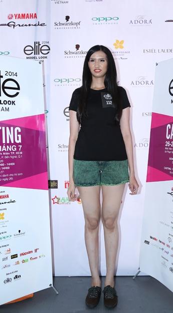 """Siêu mẫu Hà Anh """"lép vế"""" trước chân dài cao 1m91"""
