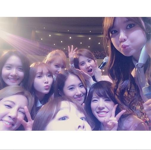 Sooyoung khoe hình SNSD tự sướng trong buổi họp mặt fan kỷ niệm 7 năm ra mắt .