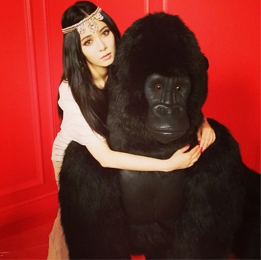 HyunA khoe hình ôm khỉ trong MV Red.