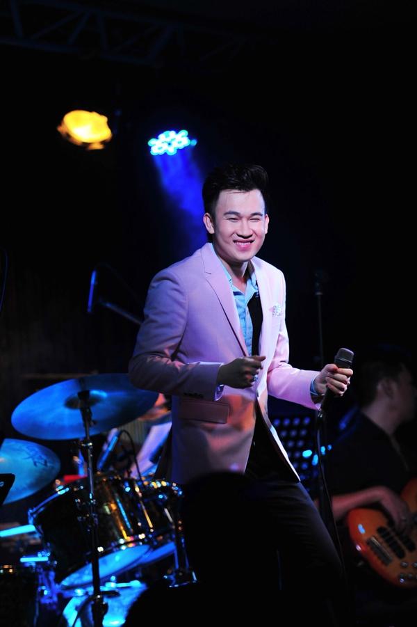 Cùng với Văn Mai Hương, Dương Triệu Vũ được coi là ca sỹ chăm chỉ nhất trong năm 2014, khi anh liên tục ra sản phẩm âm nhạc mới và nhanh chóng được đẩy thành bản hit trên thị trường. - Tin sao Viet - Tin tuc sao Viet - Scandal sao Viet - Tin tuc cua Sao - Tin cua Sao