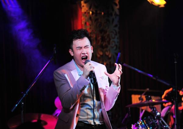 """Chương trình tại phòng trà là một đêm nhạc với những bản hit của Dương Triệu Vũ như """"Thiên thần trong đêm"""", """"Chơi vơi trong cơn đau"""", """"Xóa"""", """"Ta chẳng còn ai"""", """"Tuổi hồng thơ ngây""""… - Tin sao Viet - Tin tuc sao Viet - Scandal sao Viet - Tin tuc cua Sao - Tin cua Sao"""