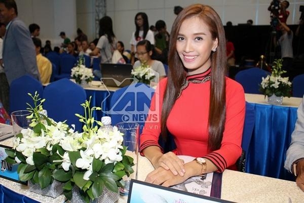 """Cô ca sĩ- siêu mẫu xinh đẹp Phan Lê Ái Phương giữ vai trò """"cầm cân nảy mực"""" cho cuộc thi năm nay."""