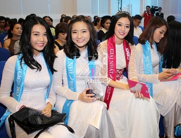 Khánh Vân - Hoa khôi Áo dài Nữ sinh 2013 cùng các nữ sinh duyên dáng trong tà áo dài trắng.