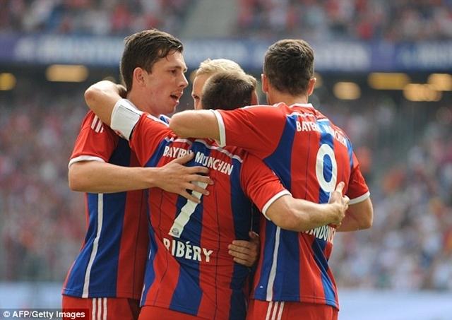 Lewandowski và các đồng đội ăn mừng bàn thắng vào lưới Wolfsburg